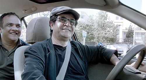 Jafar Panahi (centro) em cena de Táxi Teerã - Foto - divulgação