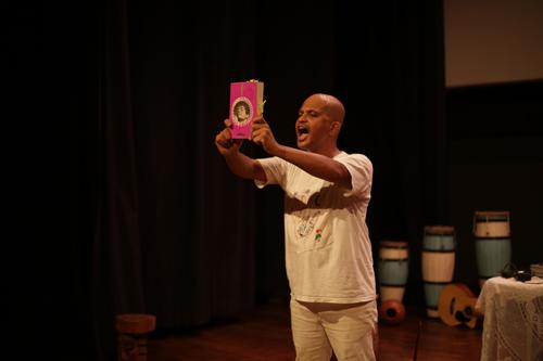 Alex Simões na performance A Capella de Waly - Foto - Daniel Guerra M